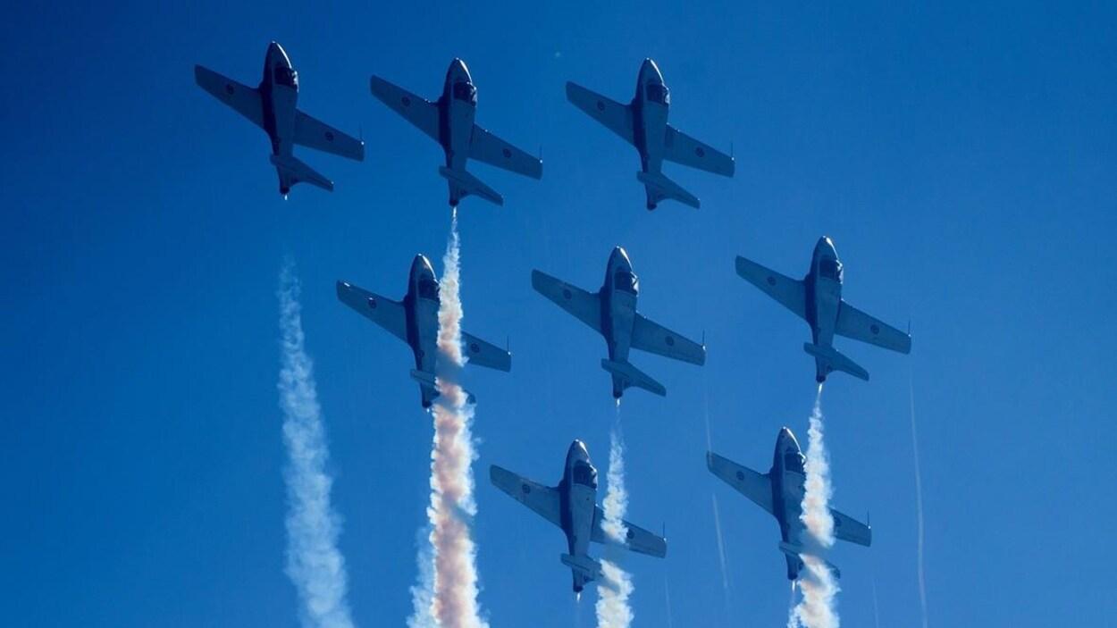Cinq avions effectuent des prouesses sous un ciel bleu au spectacle aérien d'Abbotsford en Colombie-Britannique
