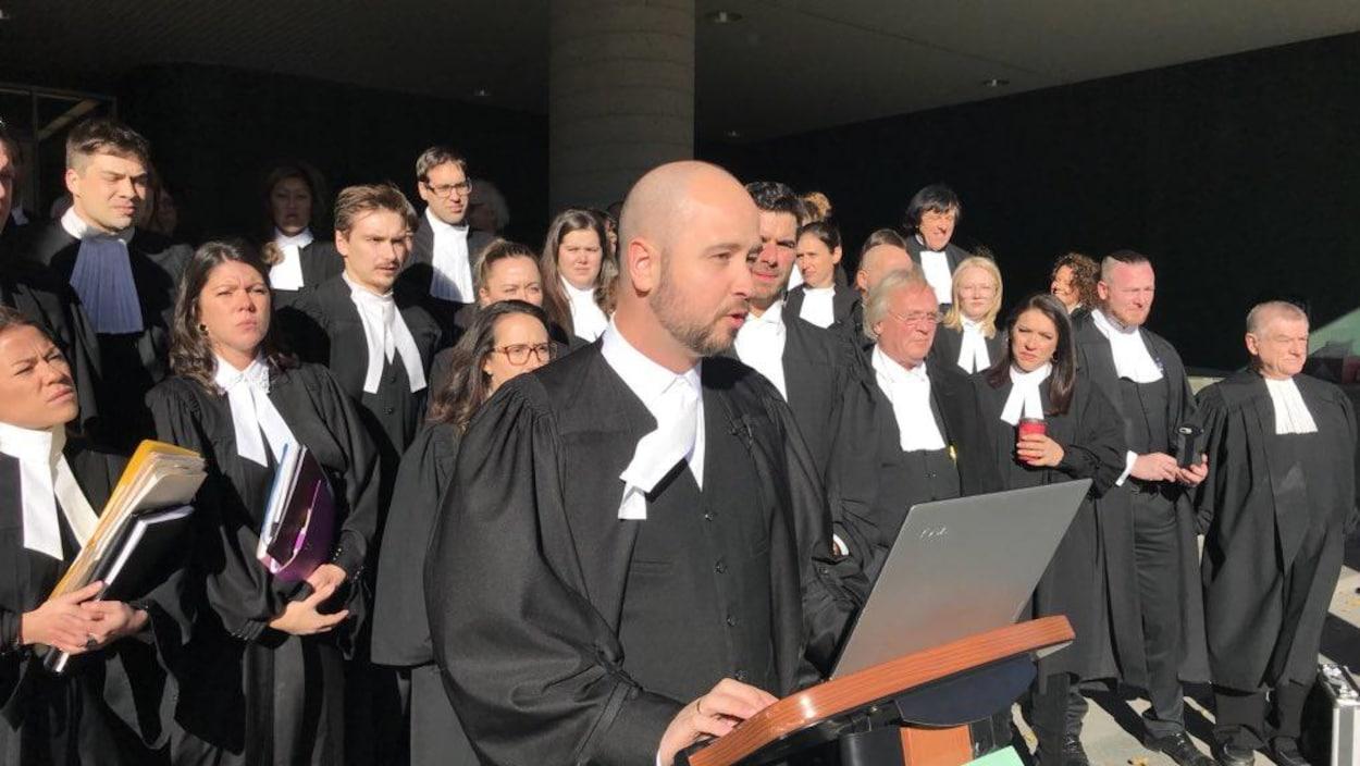 Des avocats sur les marches du palais de justice de Québec