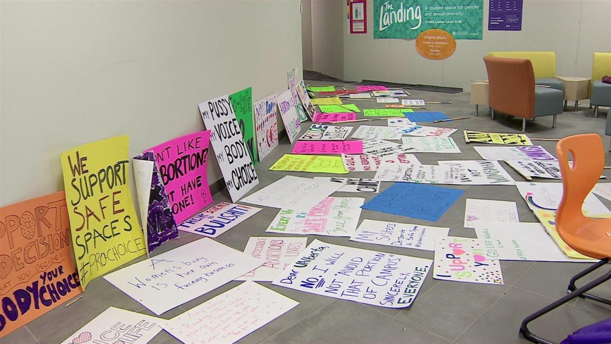 Des slogans pro-choix sur des pancartes colorées qui jonchent le sol.