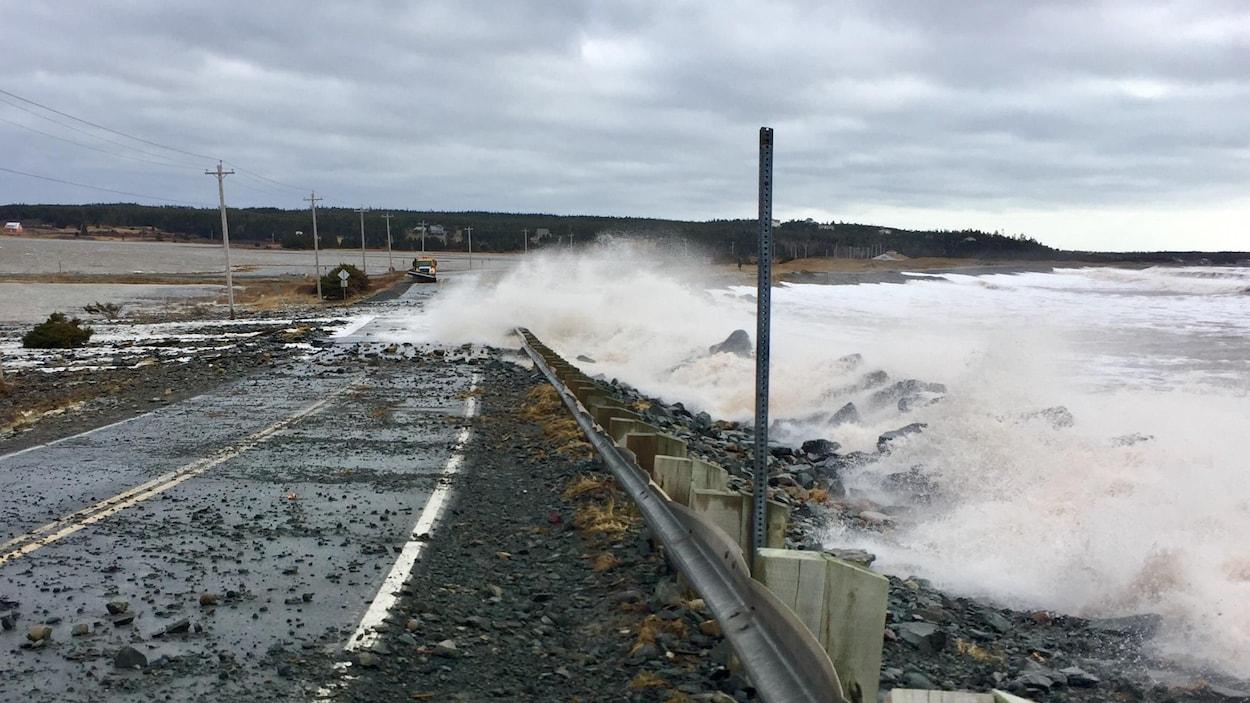 Route couverte de pierre et frappée par des vagues.