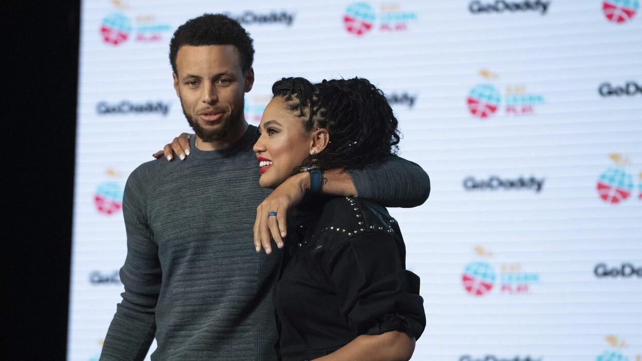Stephen Curry et sa femme Ayesha Curry en septembre lors d'un événement.