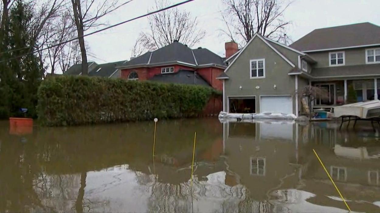 L'eau a envahi le chemin Fraser jusqu'aux maisons.