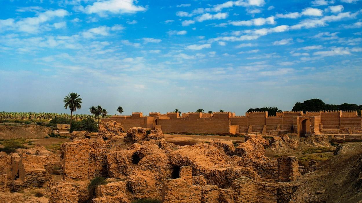 Les murs de la cité antique de Babylone.
