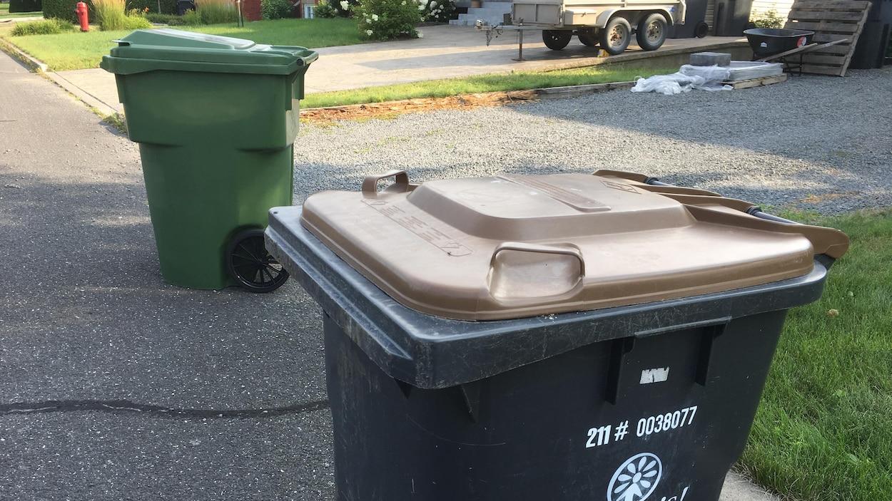 Un bac dédié au compostage en bordure du chemin