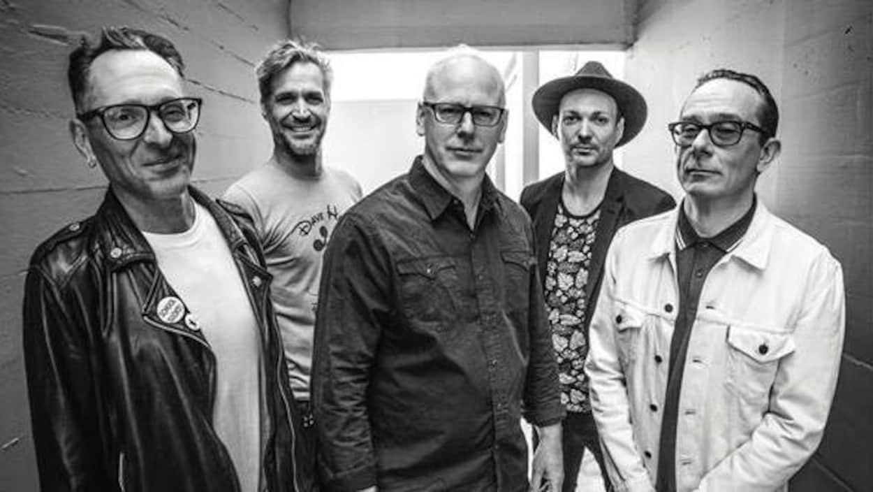 Un portrait en noir et blanc des membres du groupe Bad Religion.