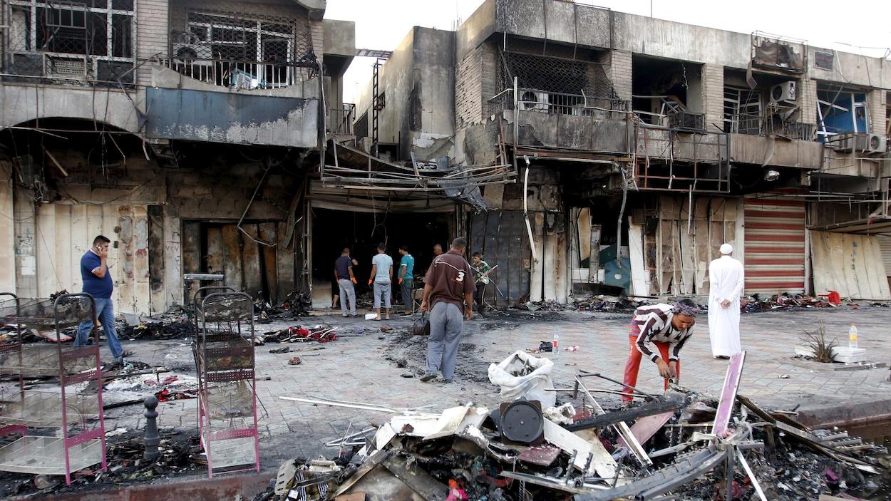 Débris dans la rue à la suite d'une exposion à Bagdad.