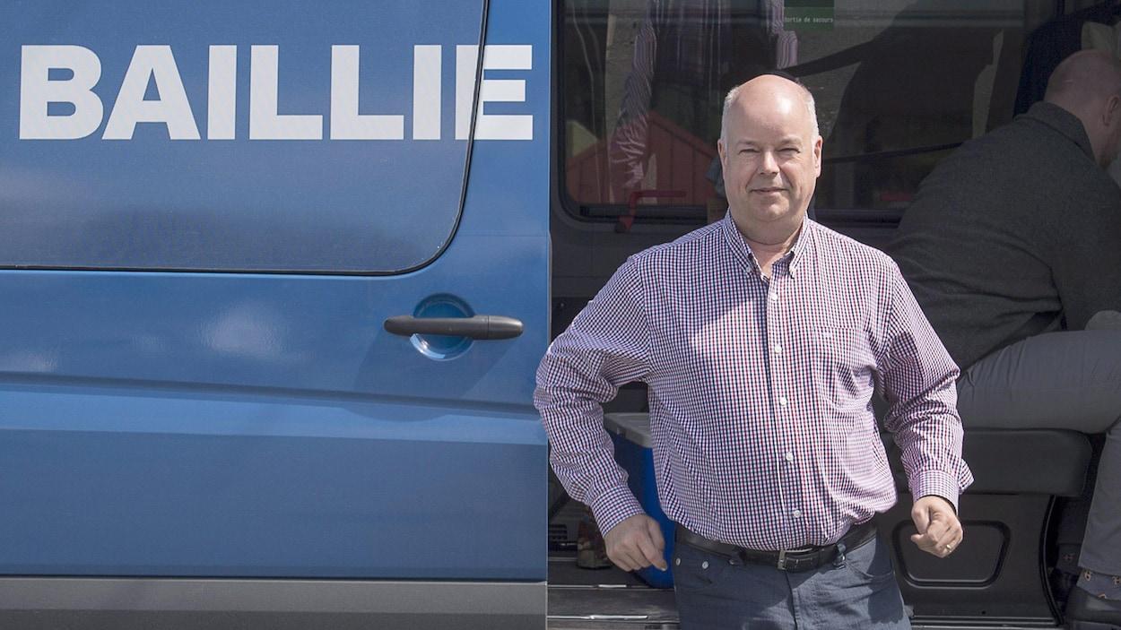 Jamie Baillie descend de son véhicule de campagne