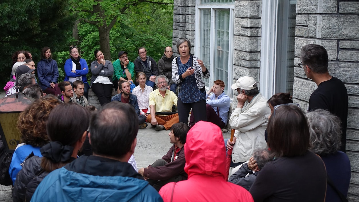 Des gens rassemblée autour d'une conteuse à Sherbrooke.