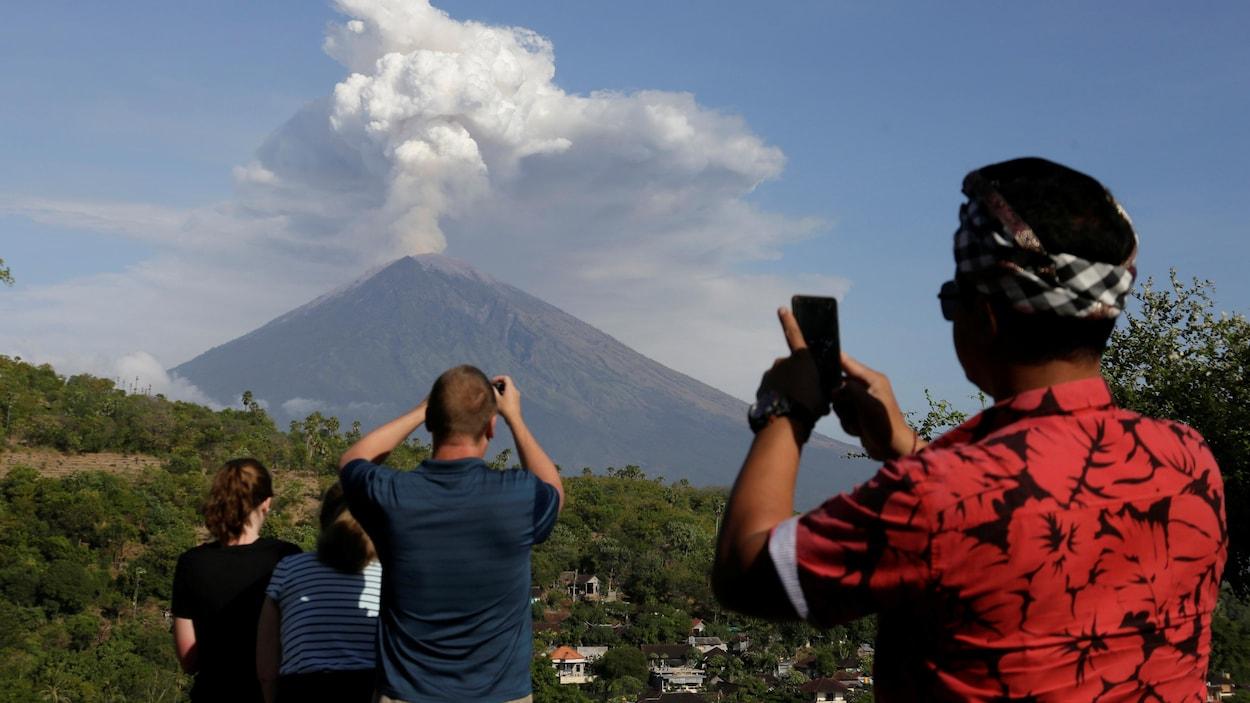 Des milliers de touristes bloqués à Bali — Éruption volcanique