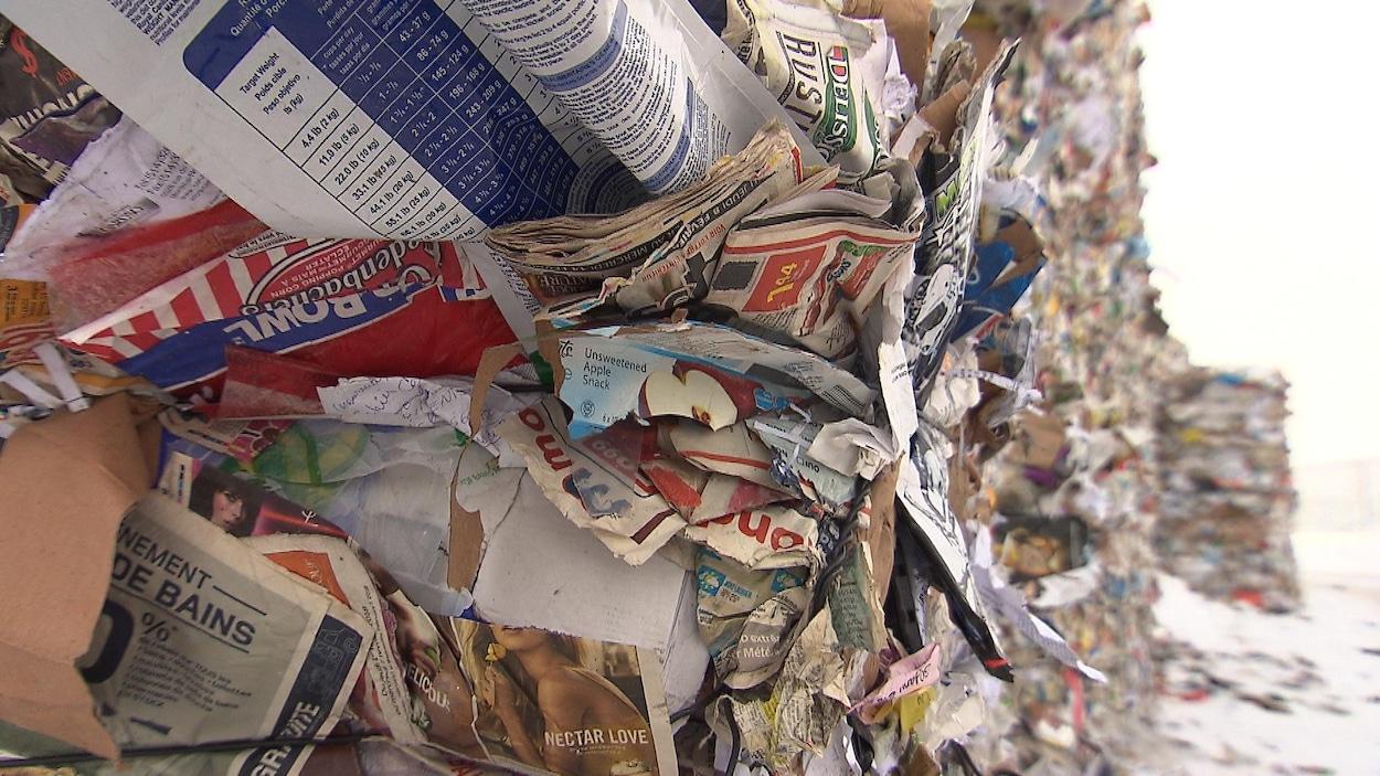 Des journaux et des feuilles de papier coincés dans des ballots à l'extérieur