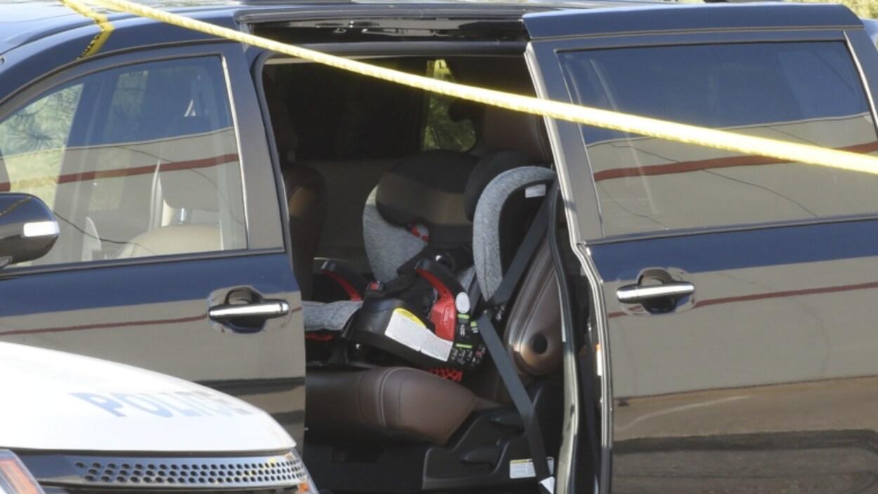 Un siège d'auto d'enfant dans une fourgonette