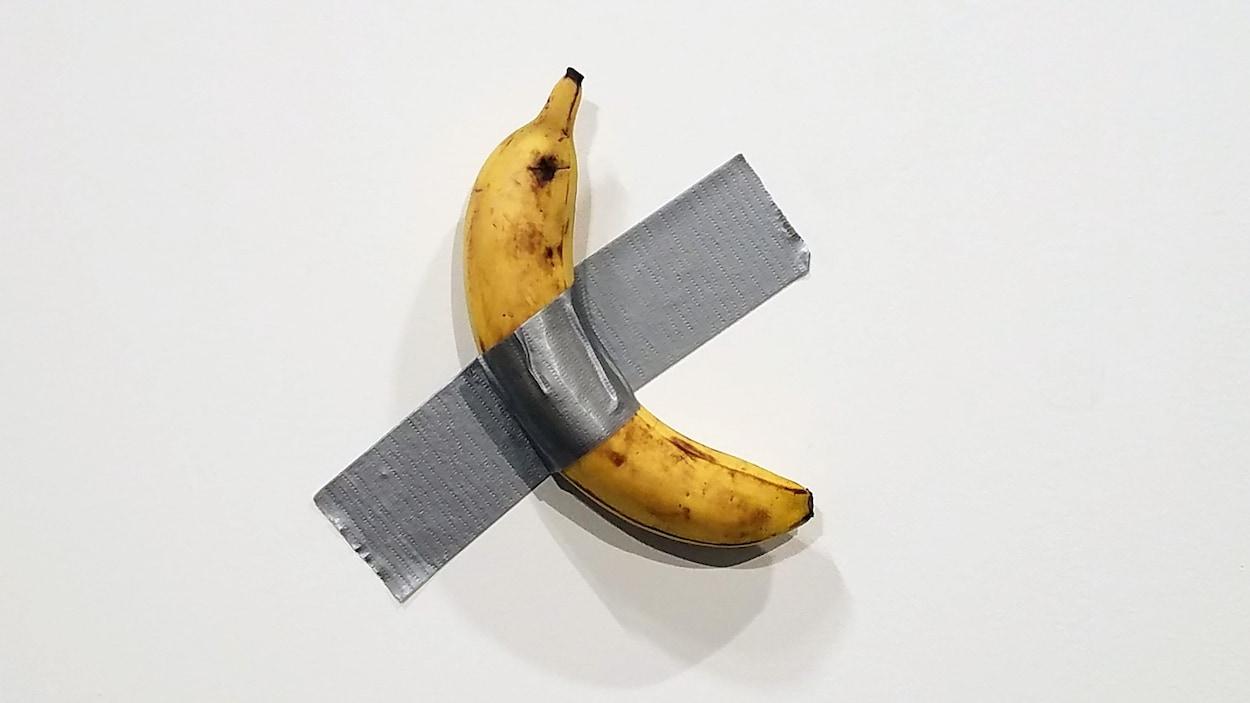 Une banane stochée contre un mur avec du ruban adhésif.