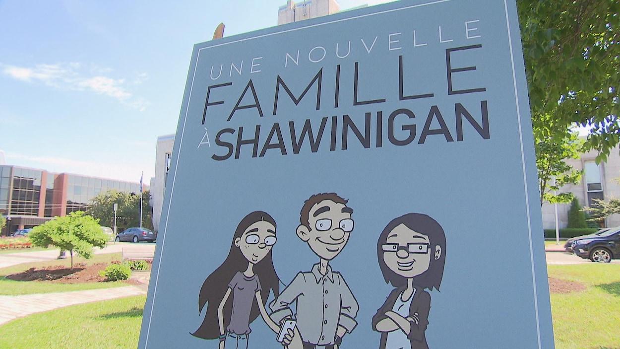 Affiche où l'on peut lire «Une nouvelle famille à Shawinigan» et on y voit 2 parents et trois enfants, avec un chien