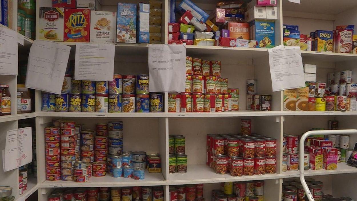 Des boîtes de conserve de toute sorte sur des étagères.