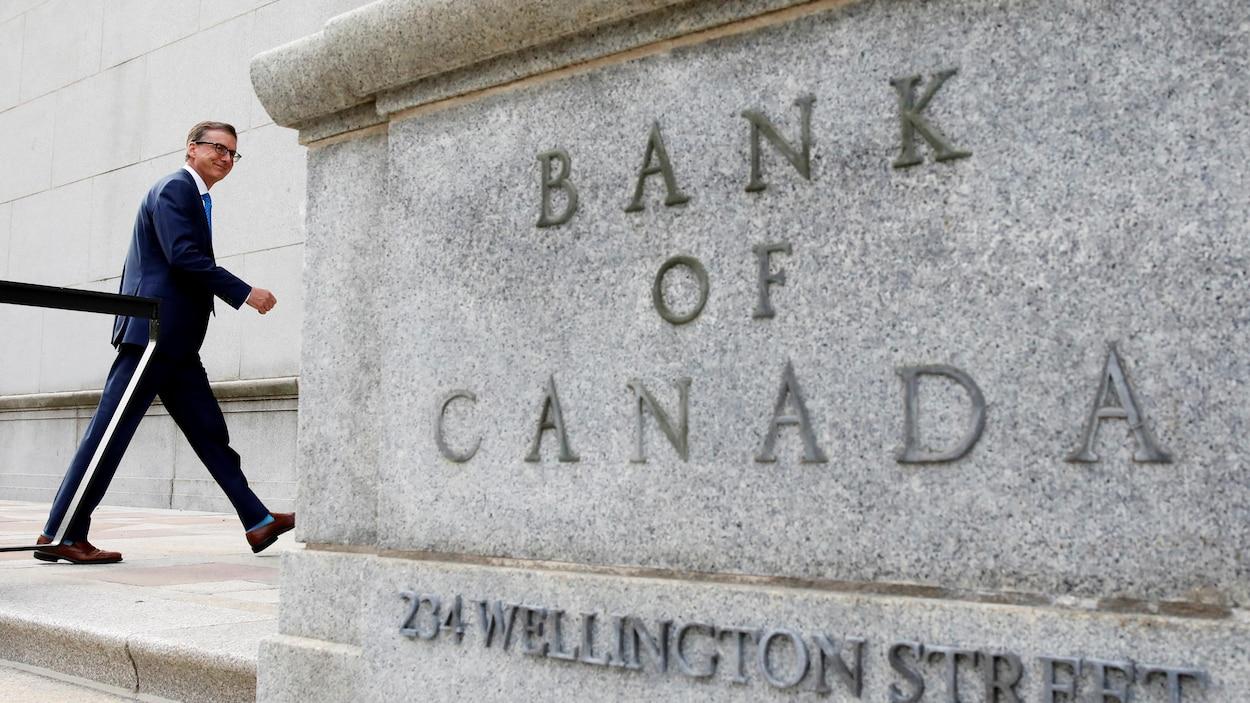 Le gouverneur Tiff Macklem entrant dans l'édifice de la Banque du Canada à Ottawa.