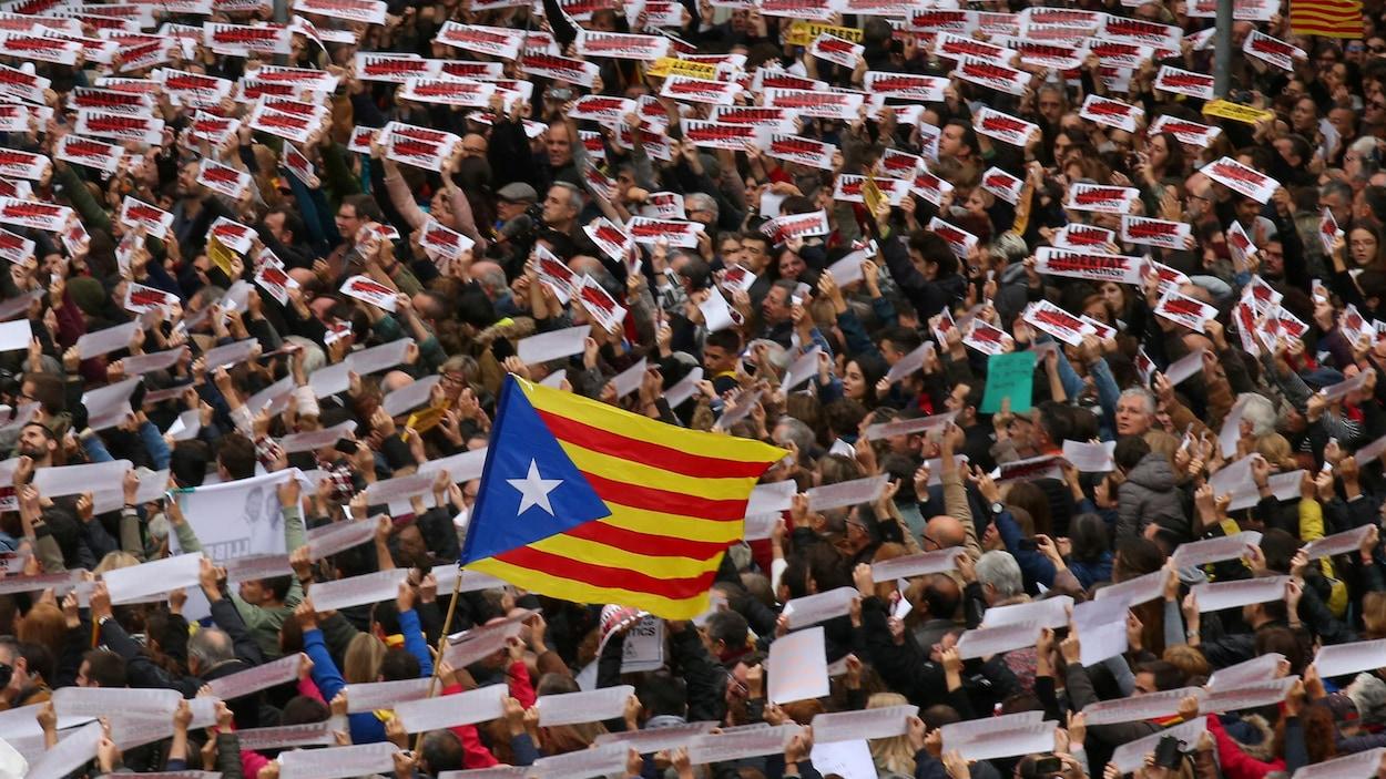 Plus de 8000 manifestants ont réclamé la libération des dirigeants catalans sur la place Sant Jaume, à Barcelone.