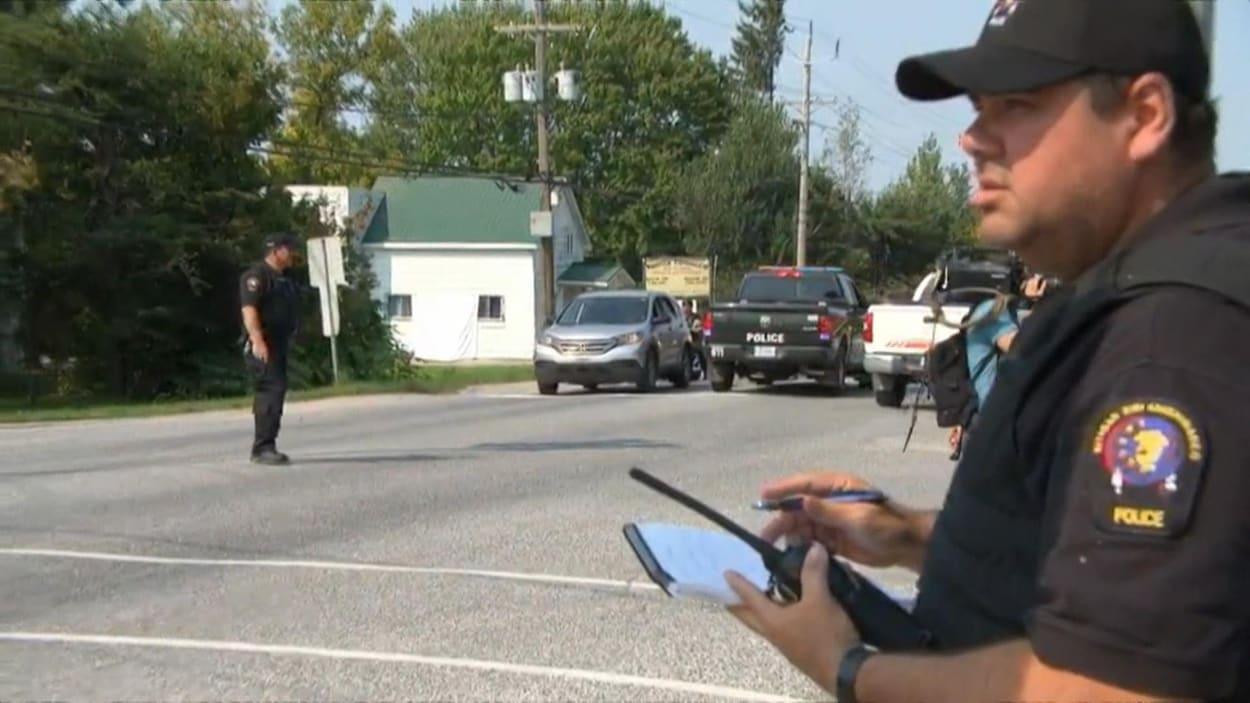 Des policiers arrêtent des voitures