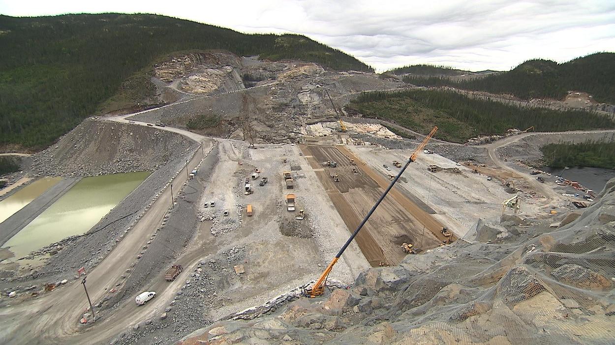 Une vue du barrage de Romaine-3 durant sa construction.