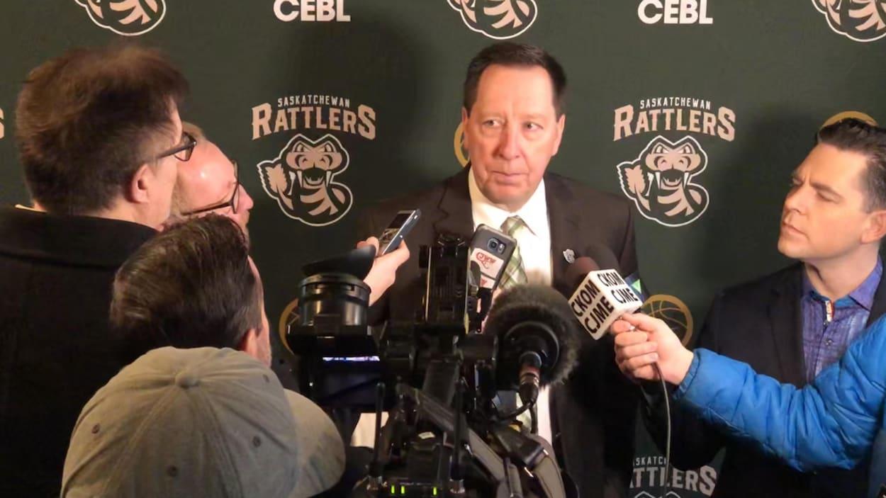 Barry Rawlyk répond aux questions des journalistes.