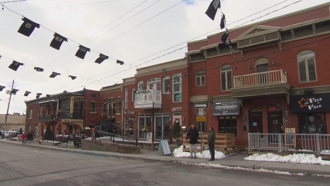 Des commerces et des bars sur le bord d'une rue de Gatineau en hiver.