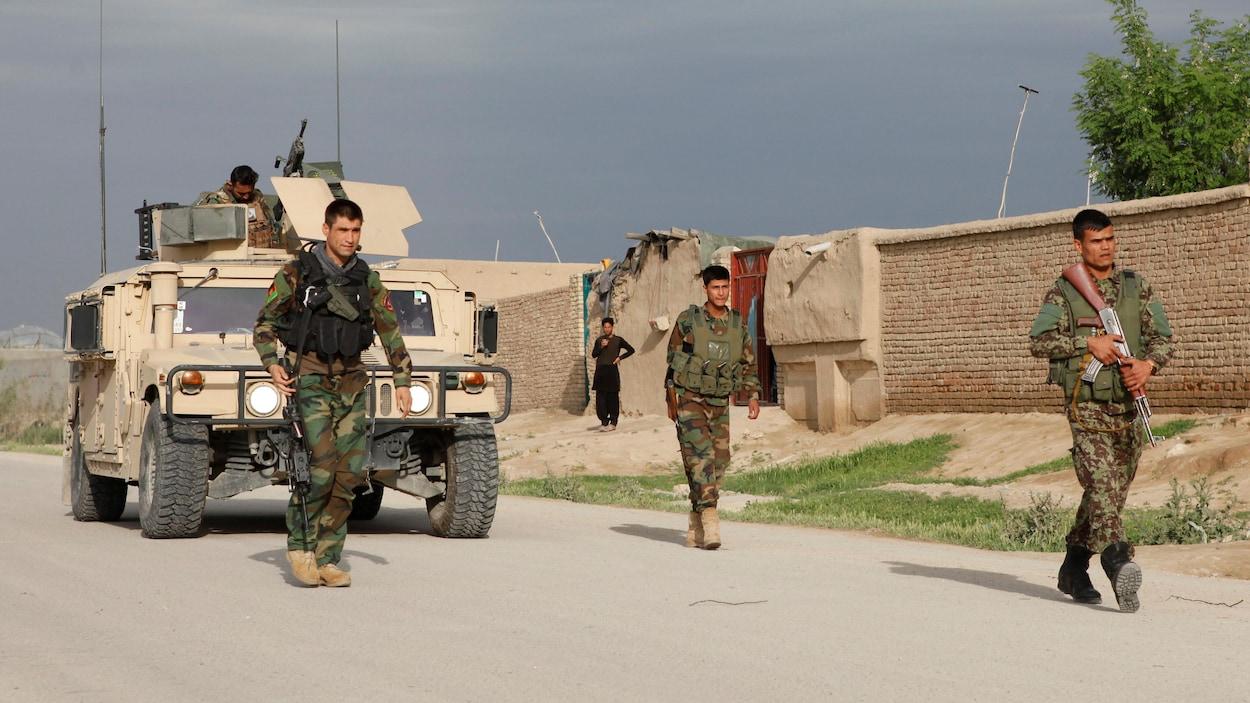 Des soldats afghans montent la garde devant la base militaire prise pour cible par les taliban.