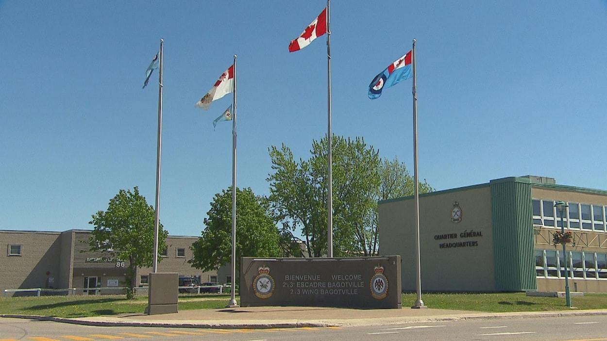 Des drapeaux ont été hissés devant la base de Bagotville