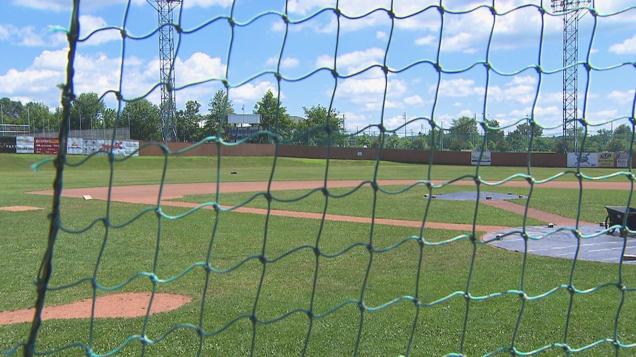 Le terrain de baseball vide.