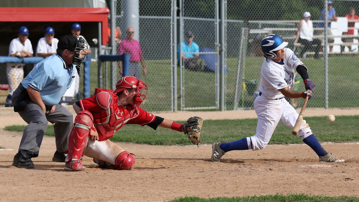 Un joueur de baseball s'apprête à frapper une balle.