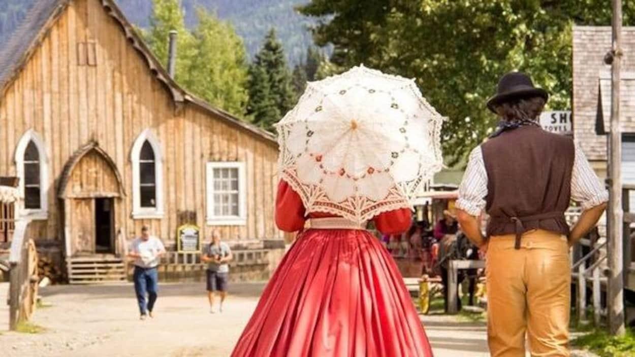 Des guides habillés avec des vêtenements d'antan se promène à Barkerville.