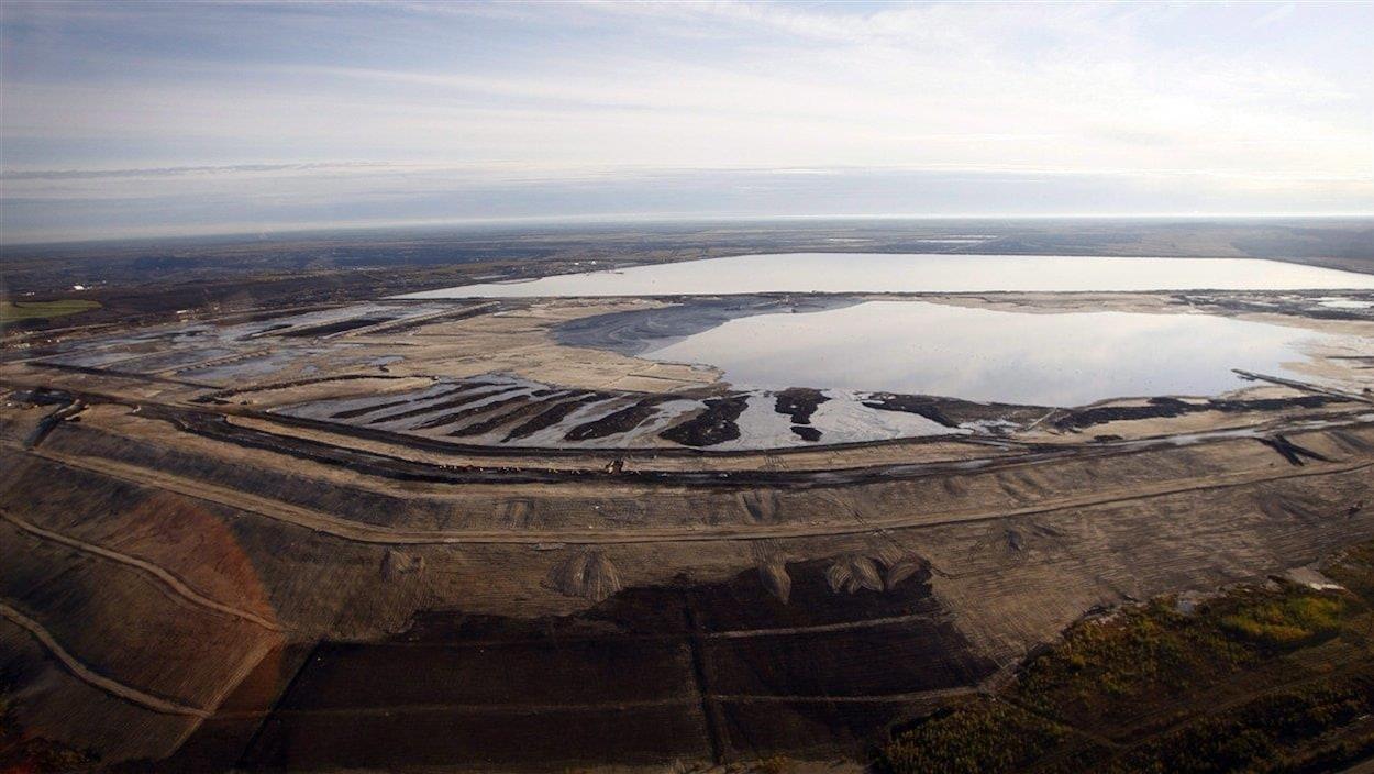 Vue aérienne de bassins de décantation près de Fort McMurray, dans l'Alberta du Nord.