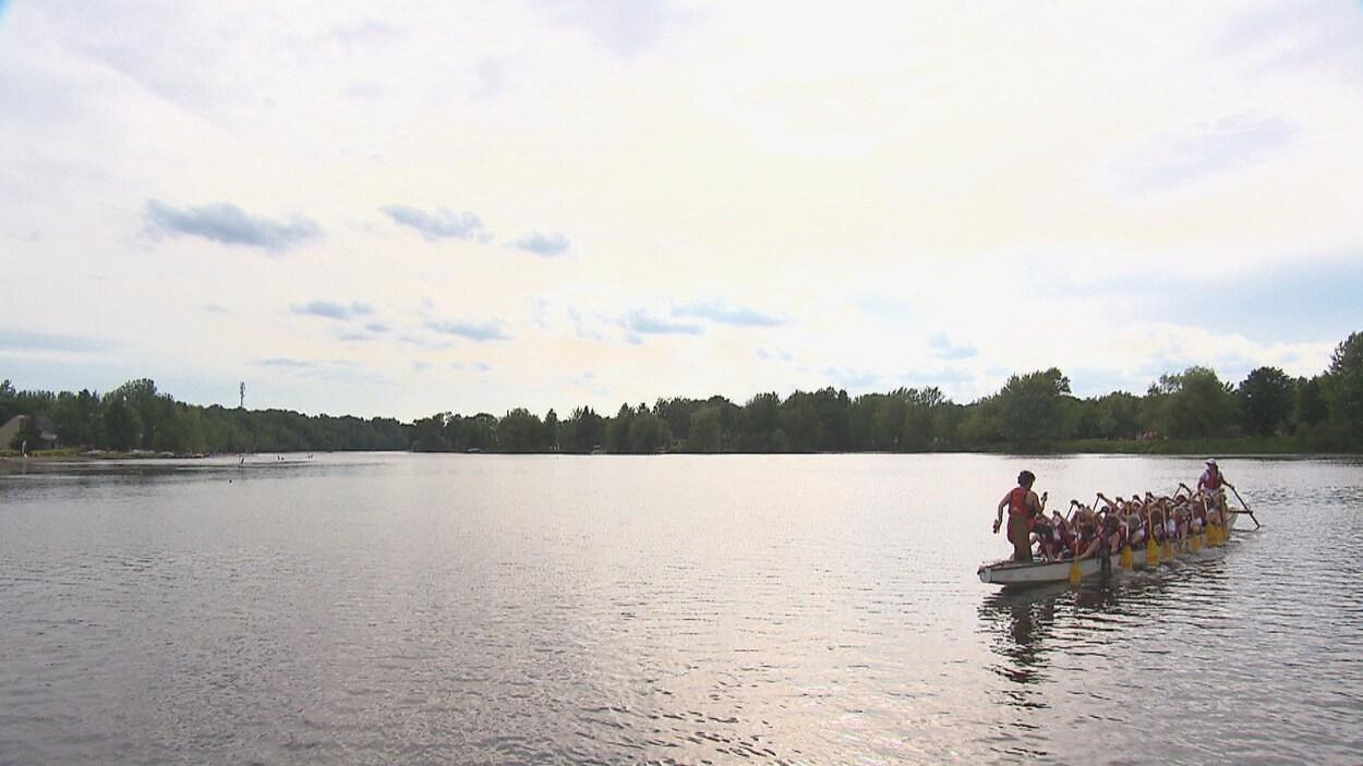 L'équipe de bateau-dragon le Phénix de La rose des vents s'entraîne sur le lac des Nations.