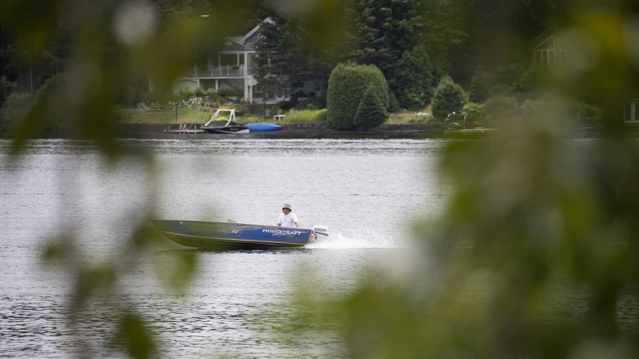 Un bateau sur un lac.