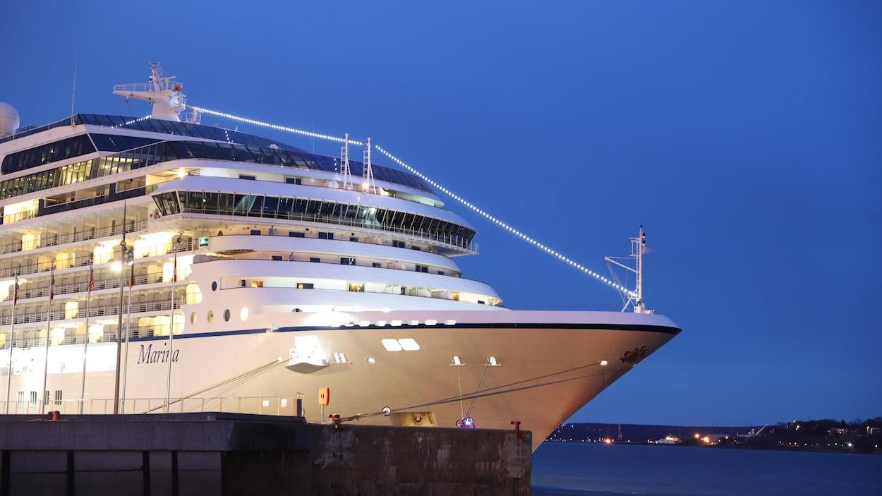 Un navire de croisière à quai dans le port de Québec par un soir de printemps.