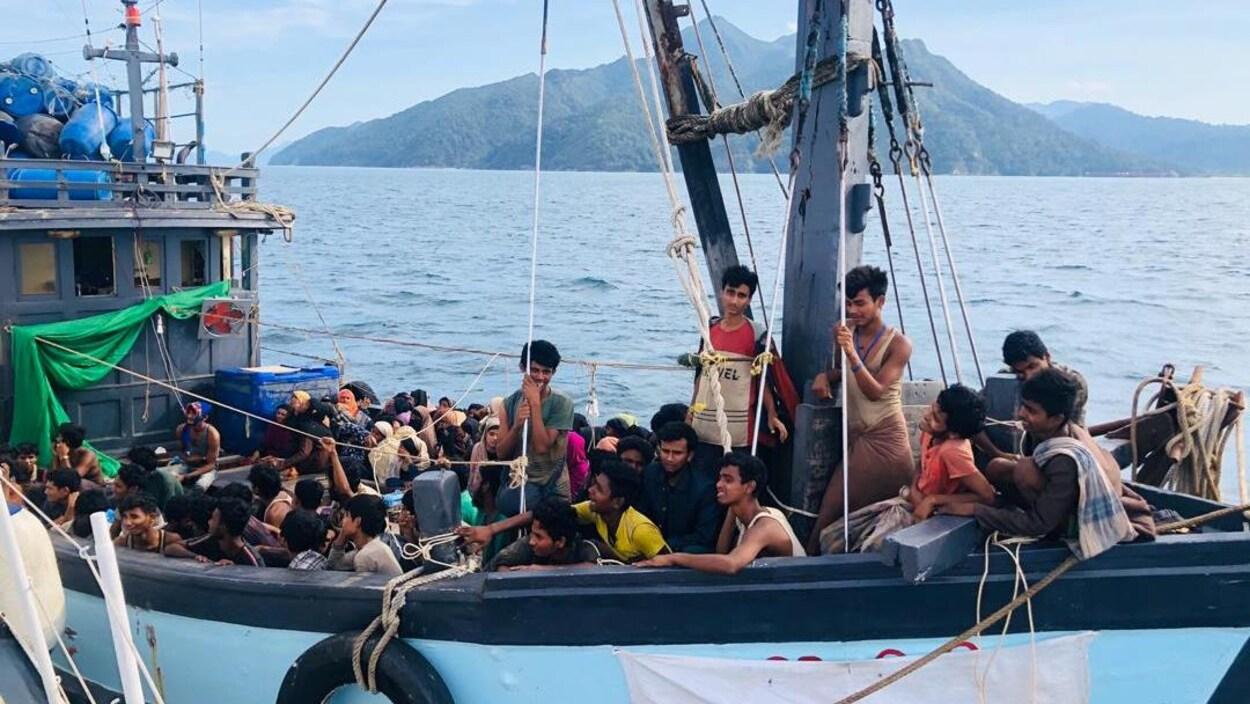 De nombreuses personnes entassées à bord d'un bateau.