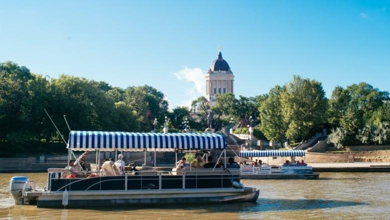 Un bateau taxi sur la rivière Assiniboine à Winnipeg.