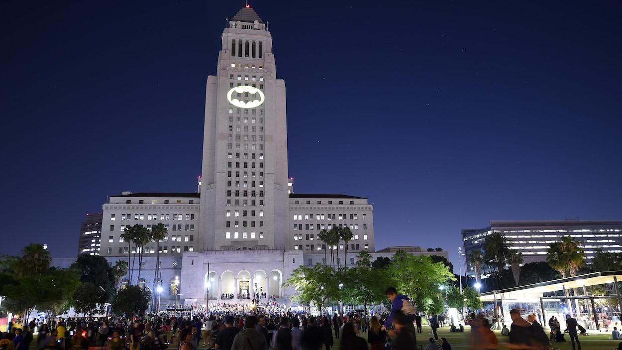 Le Bat-signal a illuminé l'hôtel de ville de Los Angeles jeudi soir, devant des centaines d'admirateurs de Batman.