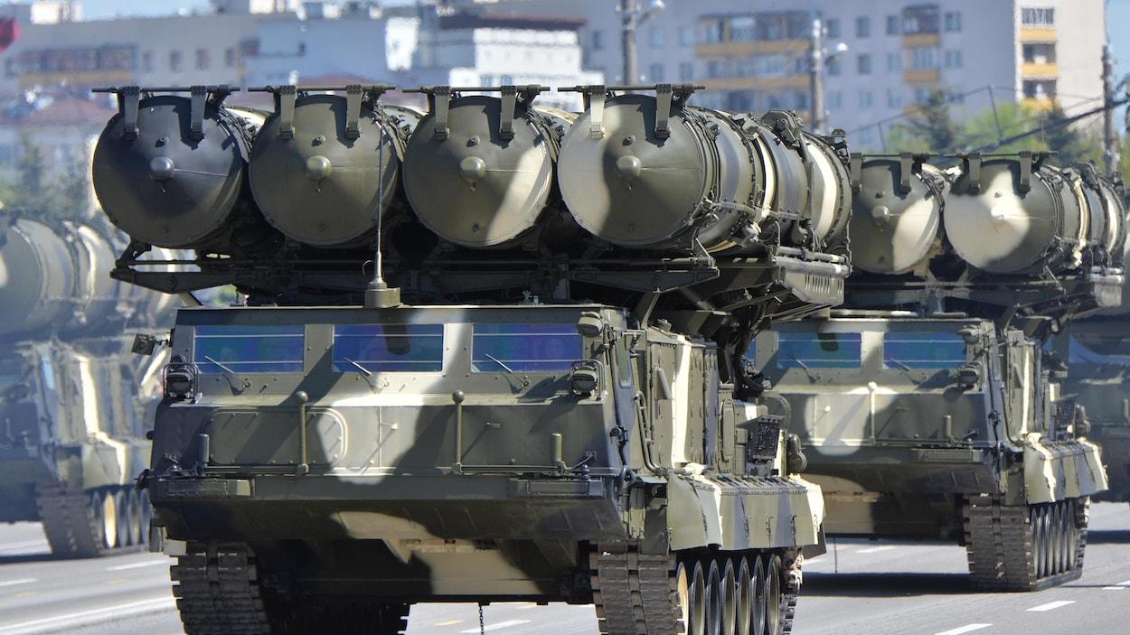 Un char transporte des missiles.