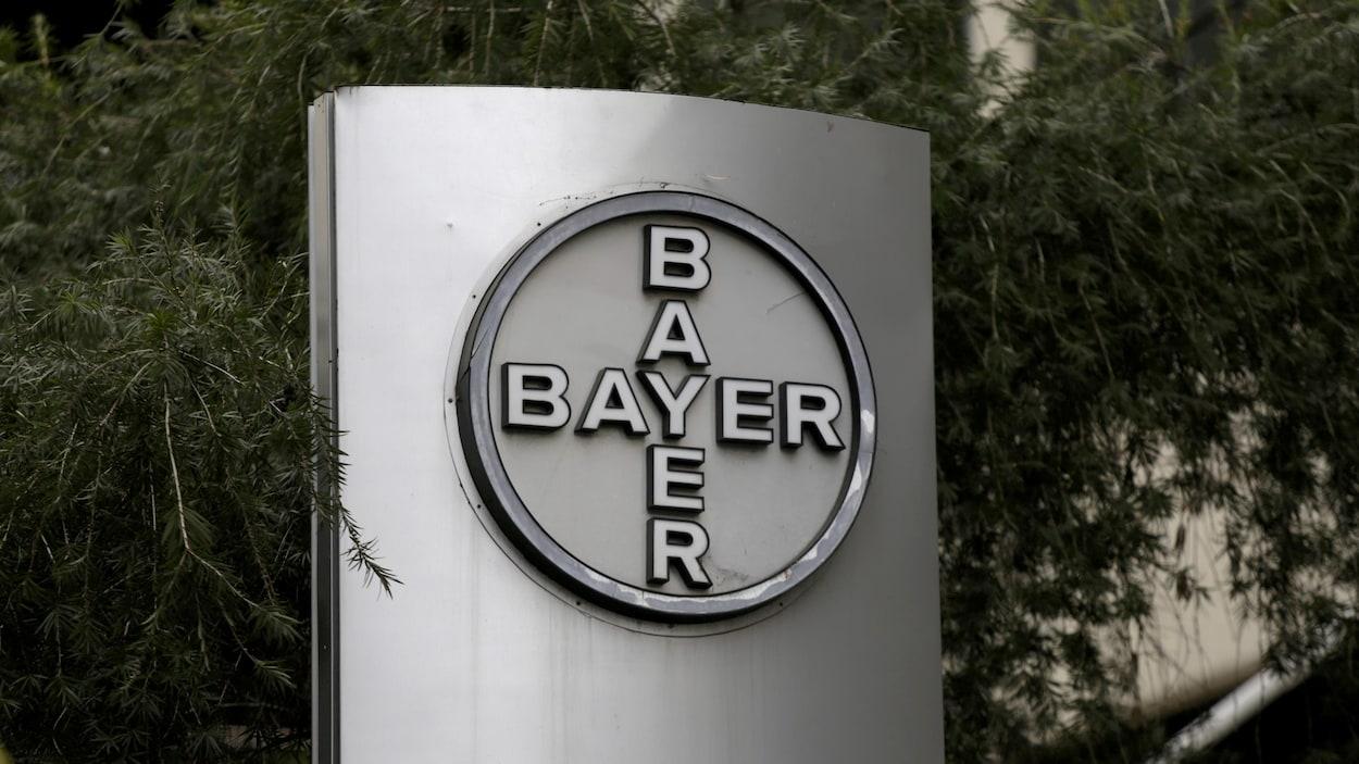 Le logo de Bayer, sur une enseigne.