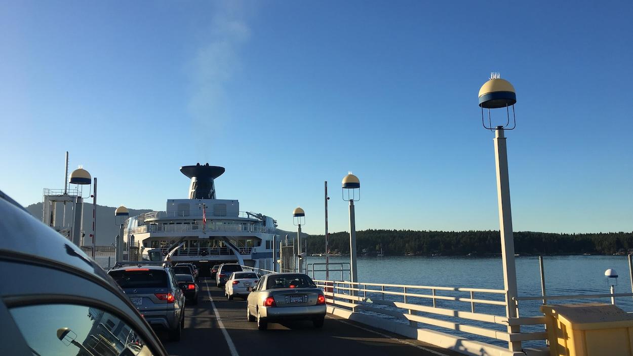 Des voitures embarquent sur un traversier de BC Ferries à Swartz Bay, sur l'île de Vancouver.