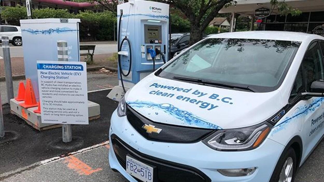 Une voiture électrique recharge sa batterie à une borne installée à Horseshoe Bay.