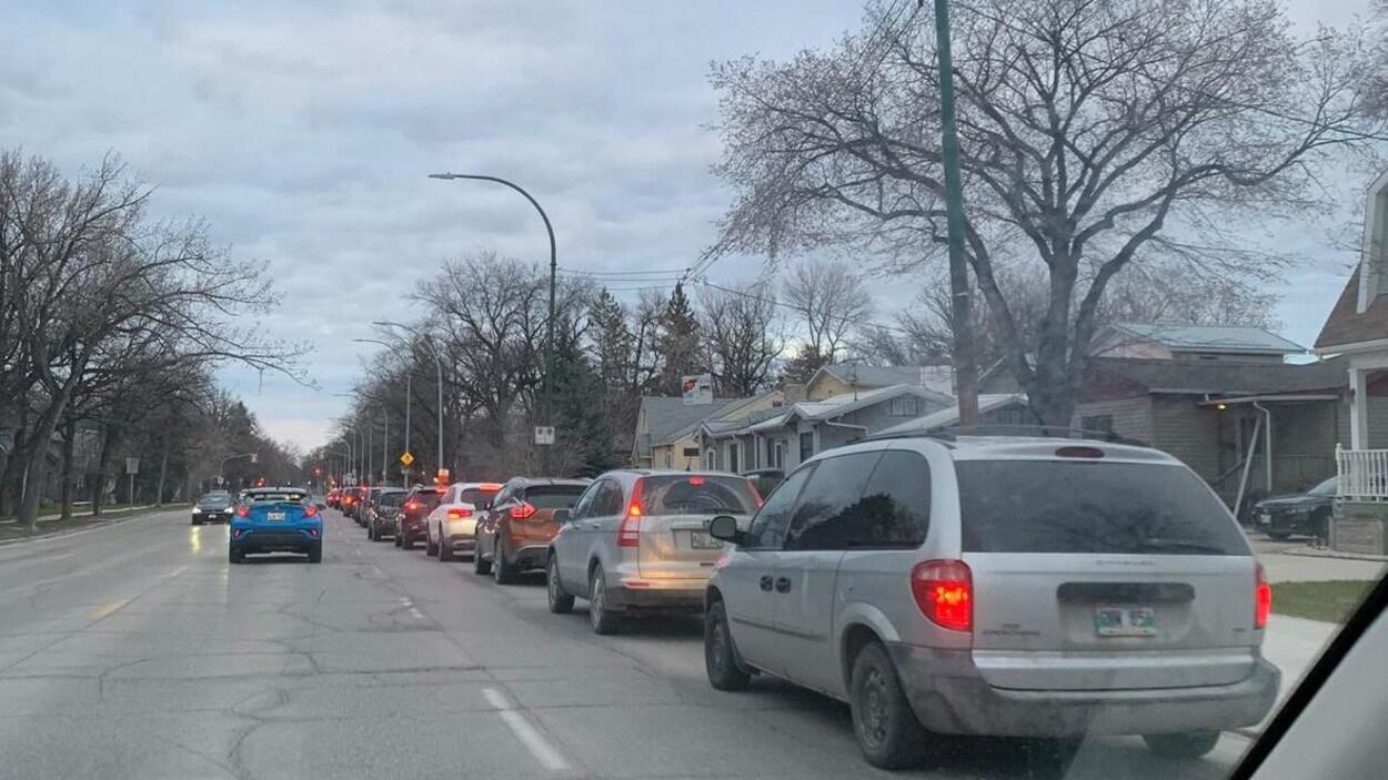 Une lignée de voitures arrêtées.