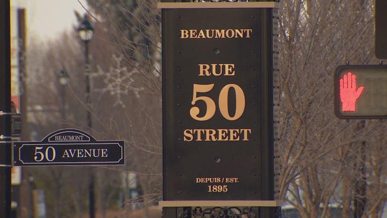 Un panneau qui affiche « Rue 50 », la rue principale de Beaumont.