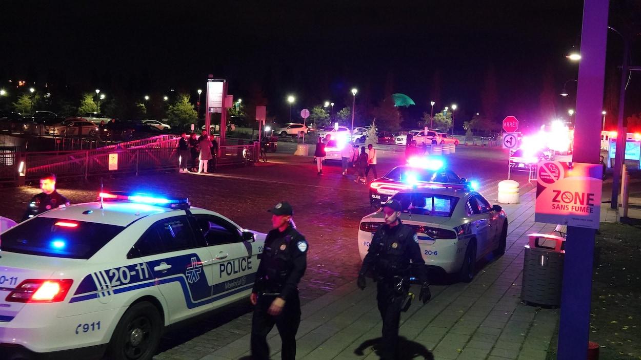 Deux policiers et des auto-patrouilles.