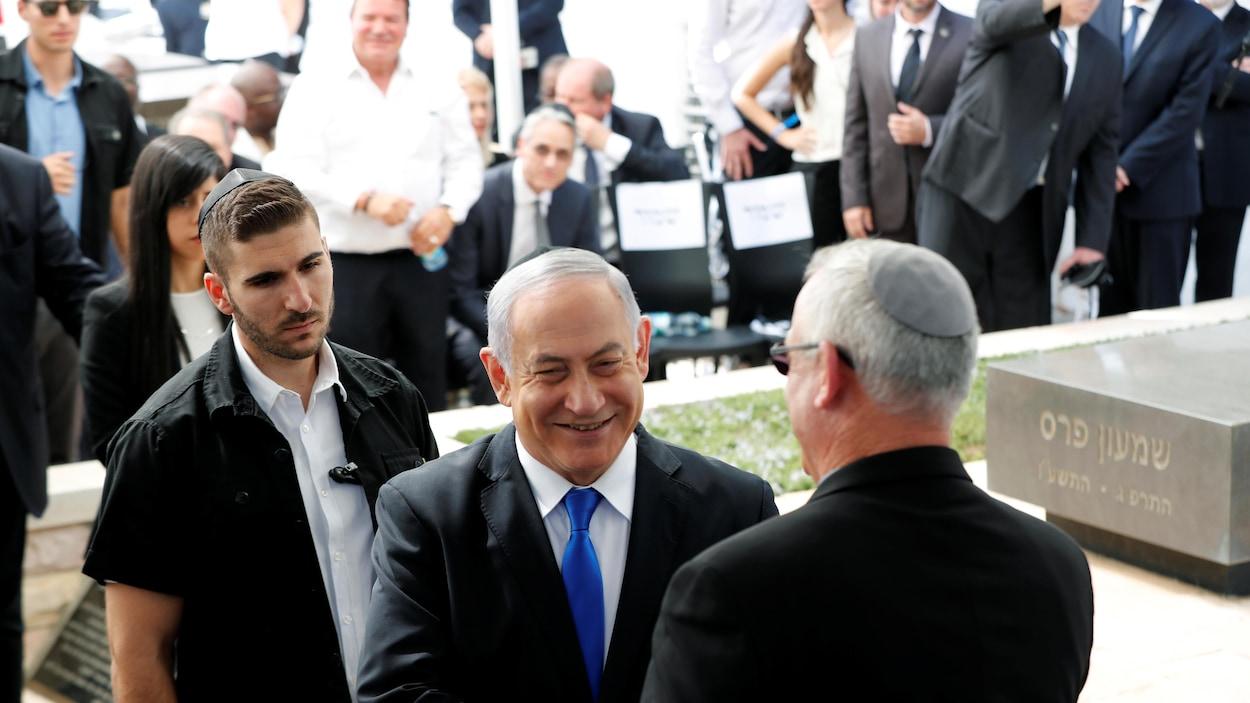 Le premier ministre israélien Benyamin  Nétanyahou serre la main de son rival Benny Gantz.