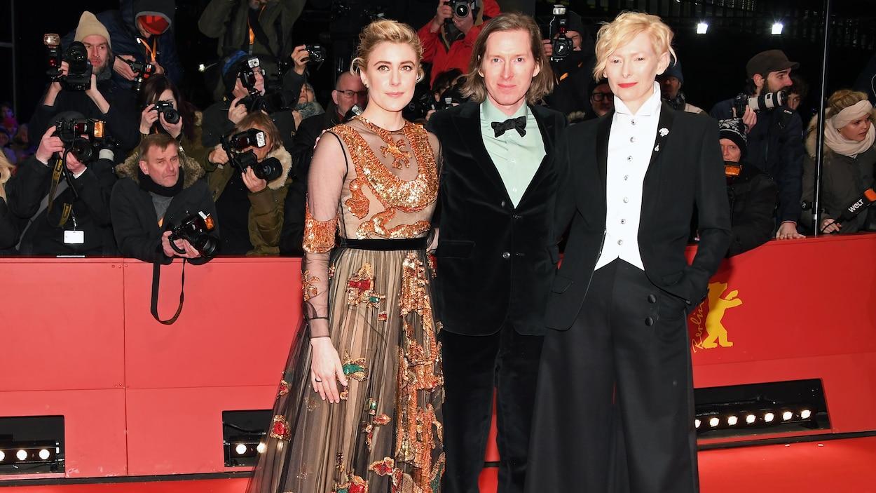 Greta Gerwig, Wes Anderson et Tilda Swinton prennent la pose sur le tapis rouge du Festival international du film de Berlin.