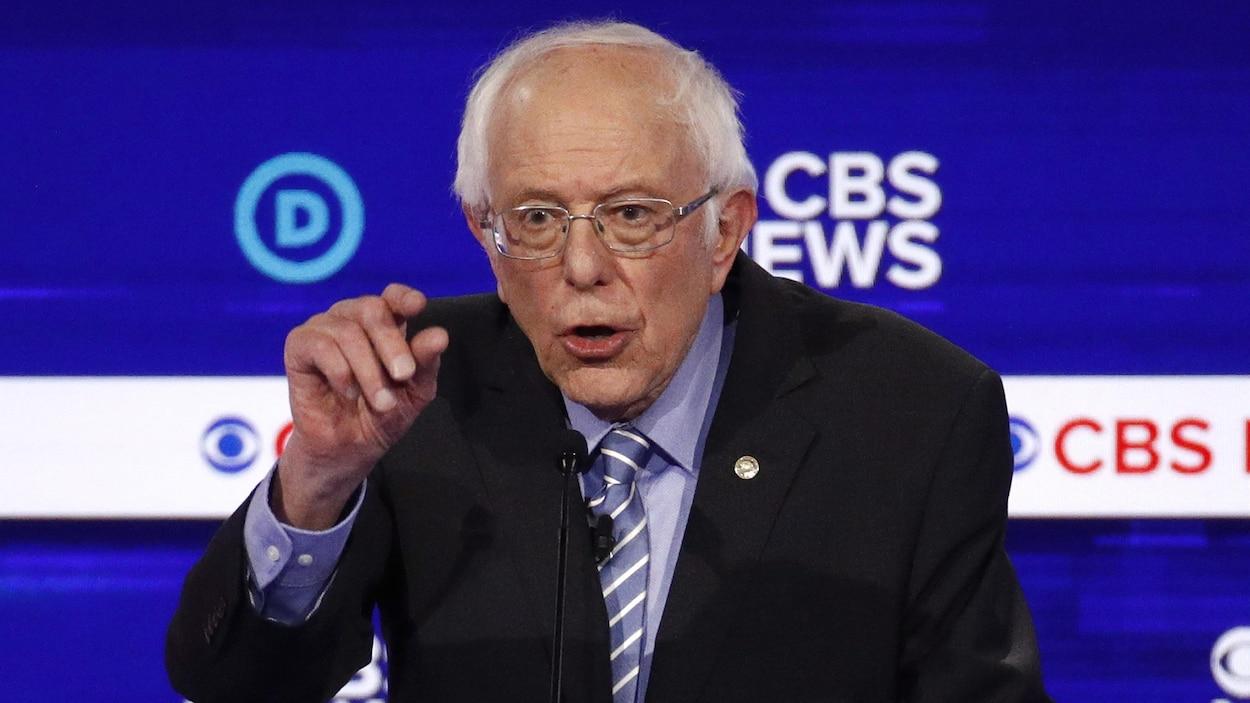 Bernie Sanders prend la parole lors d'un débat.