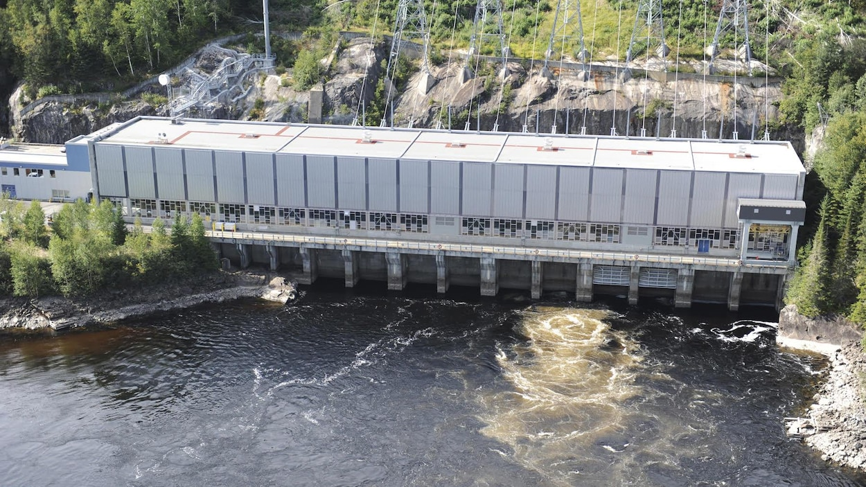La centrale hydroélectrique de Bersimis-2 vue en plongée.