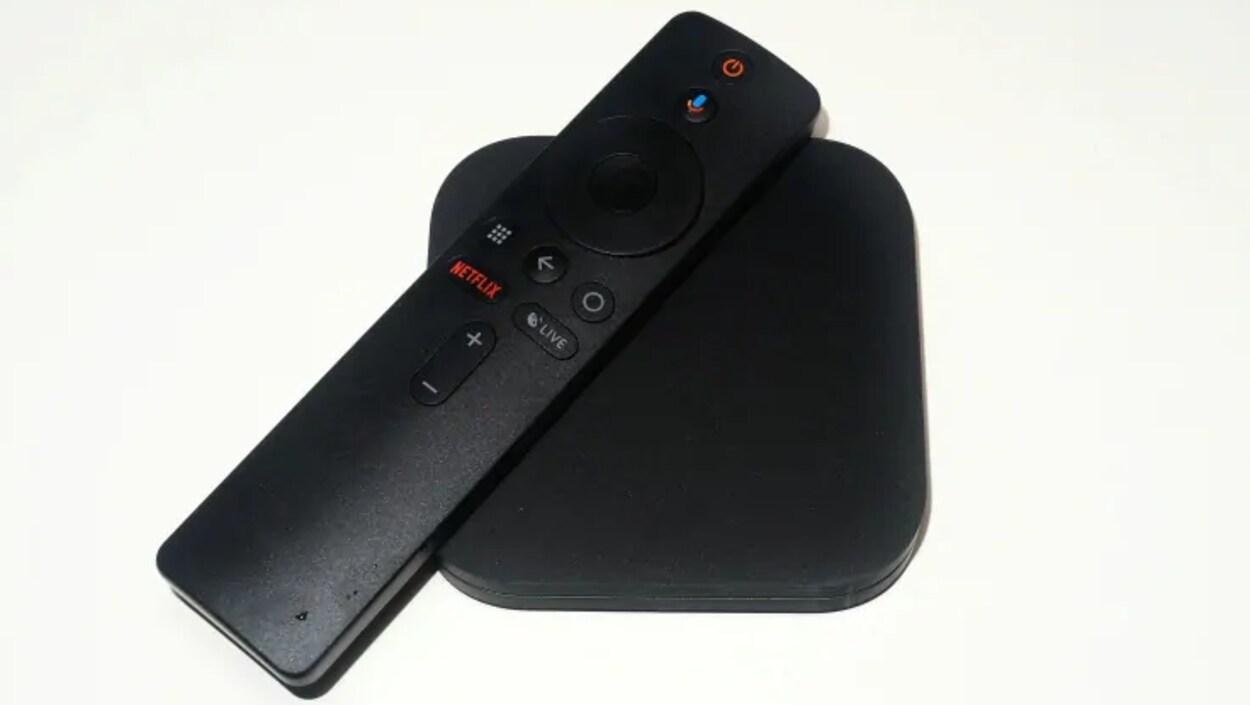 Un boîtier Android et une télécommande