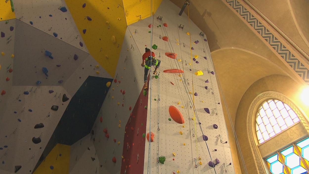 Un grimpeur sur le mur d'escalade.