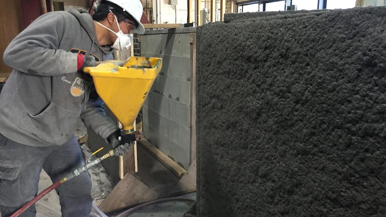 Un chercheur de UBC est en train de préparer un mur de béton résistant aux séismes